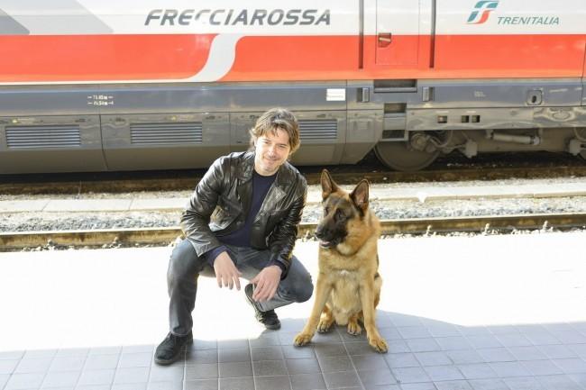 Rex con il nuovo commissario interpretato da Ettore Bassi alla stazione Termini per salire a bordo del Frecciarossa