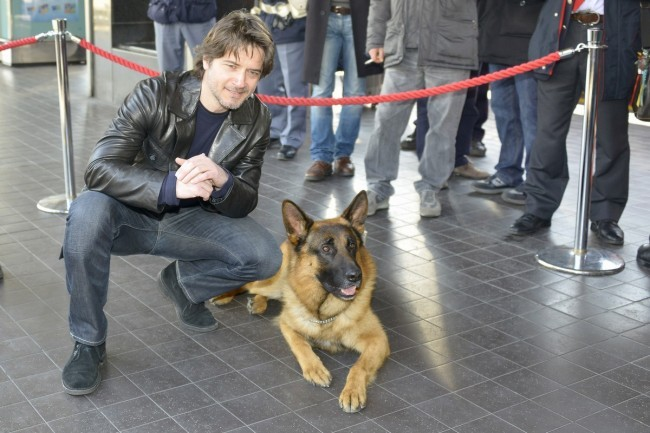 Rex con il nuovo commissario interpretato da Ettore Bassi alla stazione Termini per salire sul Frecciarossa