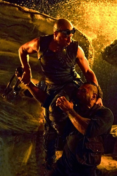 Vin Diesel e Dave Bautista in una scena di Riddick