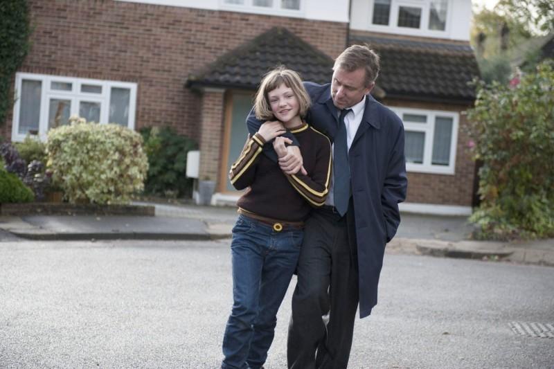 Eloise Laurence e Tim Roth sono Skunk e Archie nel film Broken