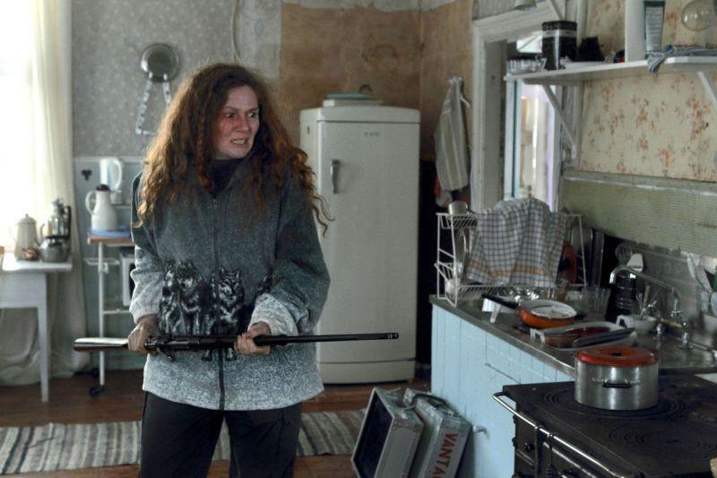 L'ipnotista: Anna Azcarate imbraccia il suo fucile in una scena del film