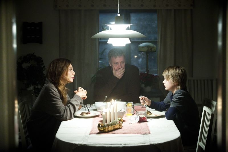 L'ipnotista: Mikael Persbrandt, Lena Olin e Jonatan Bökman in una scena familiare tratta dal film