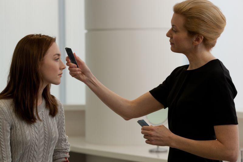 Saoirse Ronan in una scena del fantascientifico The Host insieme a Andrea Frankle
