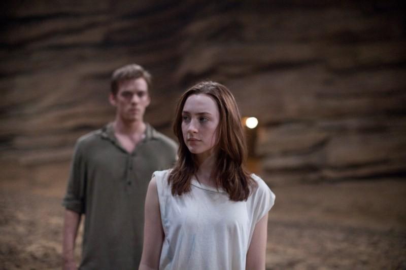 Saoirse Ronan in una scena del fantascientifico The Host insieme a Jake Abel