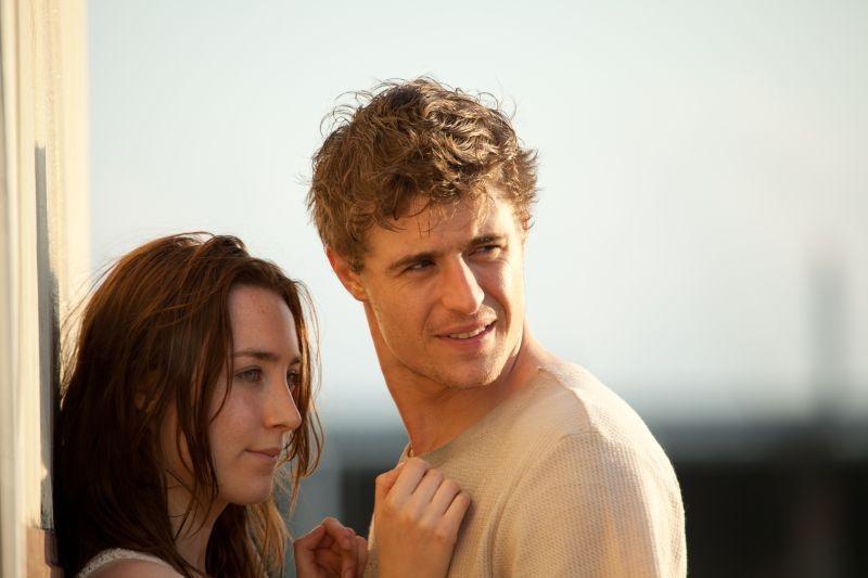 Saoirse Ronan insieme a Max Irons in una scena del thriller fantascientifico The Host
