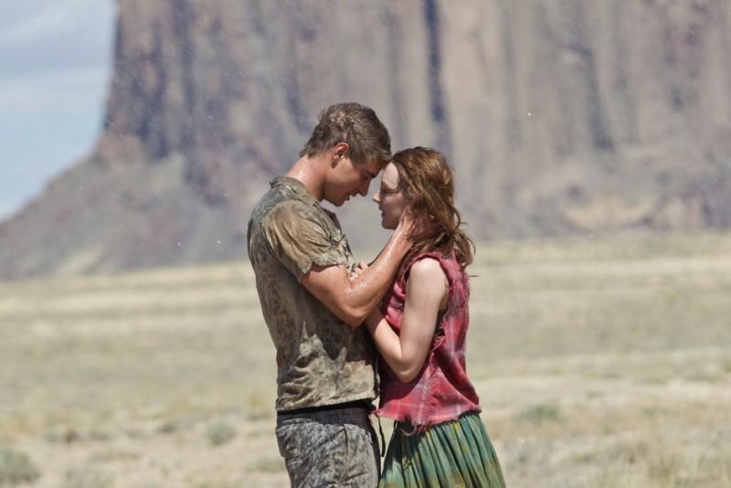 The Host: Saoirse Ronan con Max Irons in una bella immagine del film