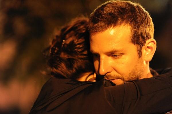 Il lato positivo - Silver Linings Playbook: Bradley Cooper abbraccia Jennifer Lawrence in una scena
