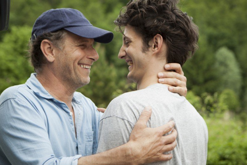20 ans d'écart: Pierre Niney e Charles Berling in una scena della commedia