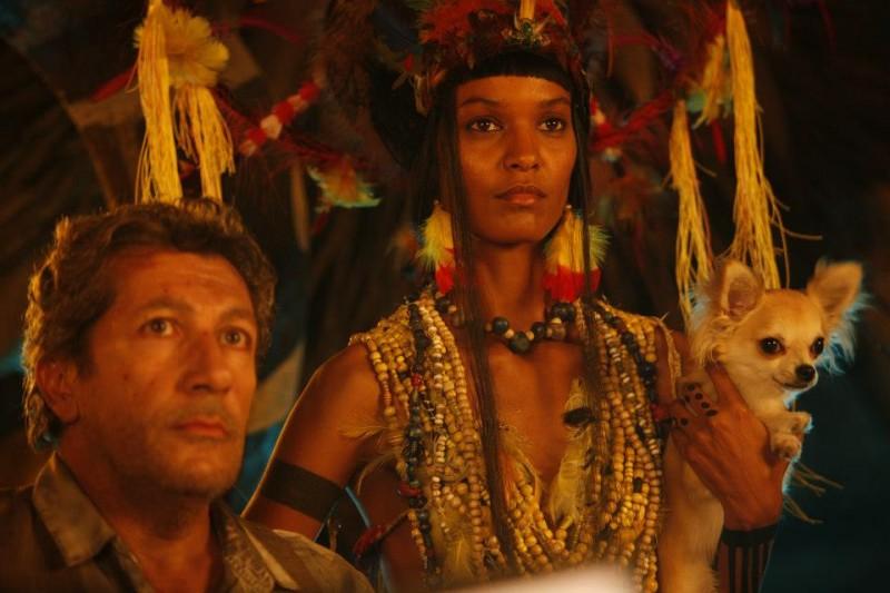 Marsupilami: Liya Kebede e Alain Chabat in una scena del film