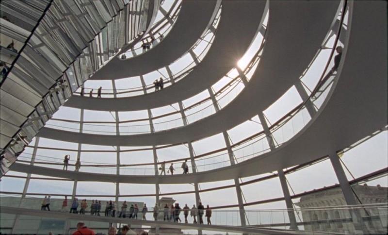 Quanto pesa il suo edificio, Mr. Foster?: il Reichstag di Berlino in una scena del documentario sull'architetto Norman Foster