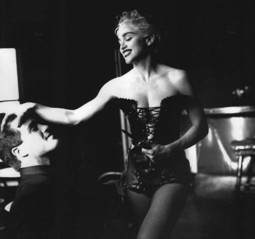 Madonna in un photoshoot di Helmut Newton, 1991