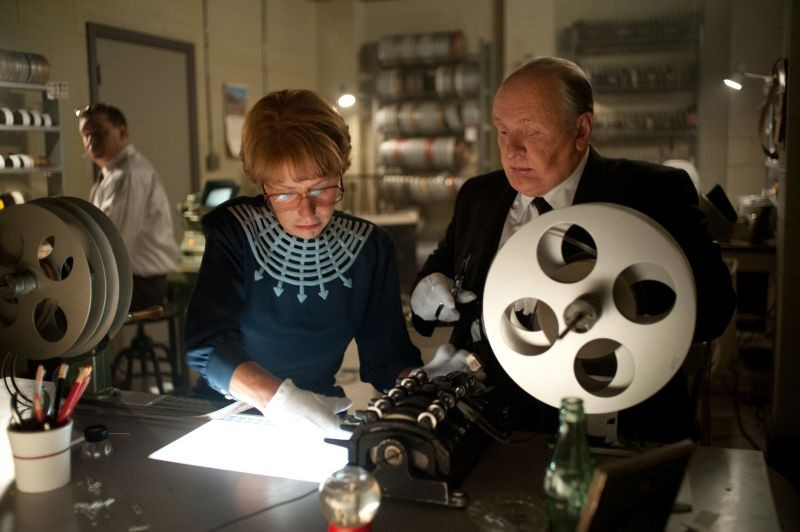 Anthony Hopkins insieme ad Helen Mirren in sala montaggio in una scena di Hitchcock