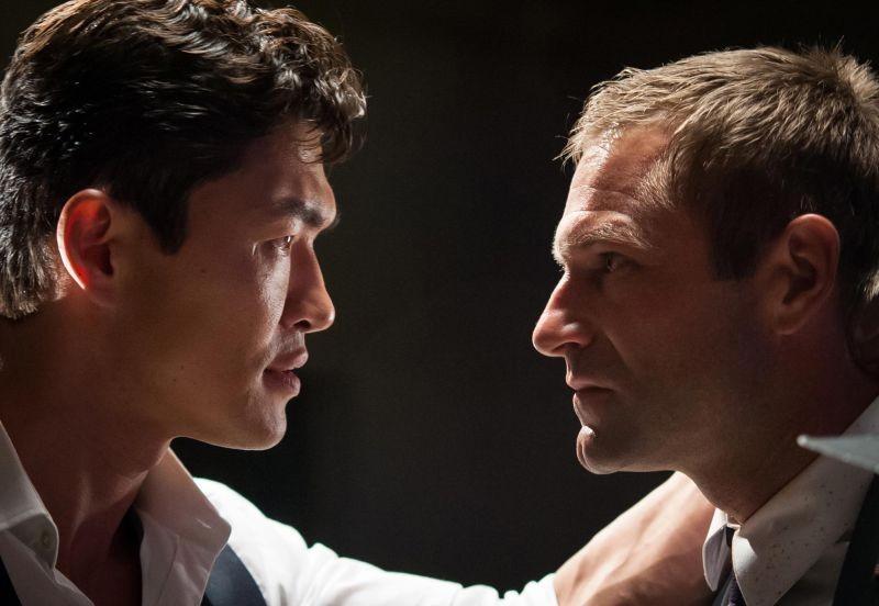 Attacco al potere - Olympus Has Fallen: Aaron Eckhart affronta Rick Yune in una scena del film