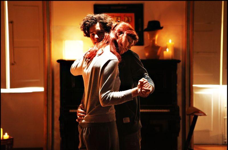 Bianca come il latte, rossa come il sangue: Filippo Scicchitano balla teneramente insieme a Gaia Weiss in una scena