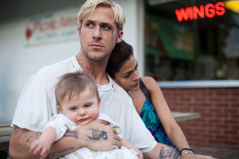 Come un tuono: Ryan Gosling con Eva Mendes e il figlio piccolo in una scena del film