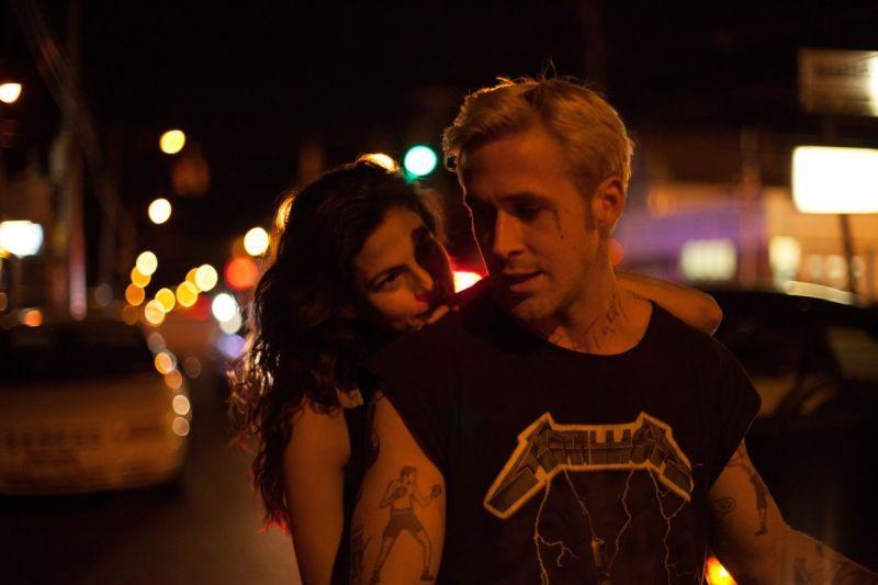Come un tuono: Ryan Gosling con Eva Mendes in moto in una scena del film