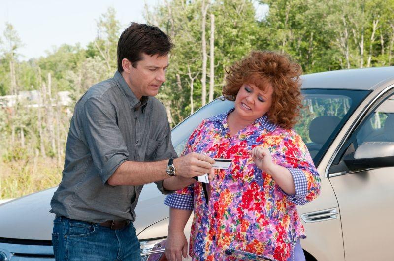 Jason Bateman insieme a Melissa McCarthy in una scena della commedia Io sono tu