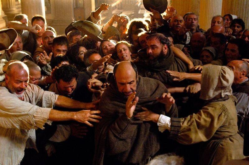 11 settembre 1683: F. Murray Abraham in una scena del film è frate Marco d'Aviano in mezzo alla gente