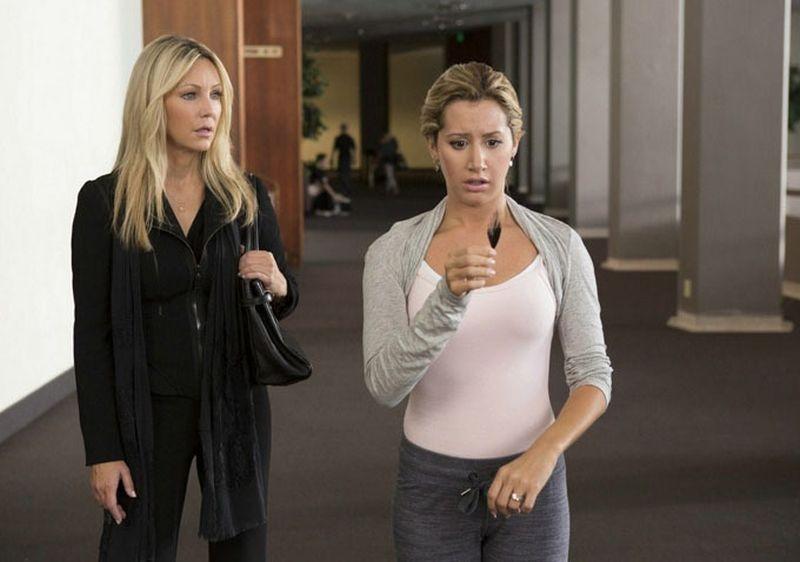 Heather Locklear e Ashley Tisdale in una scena di Scary Movie 5