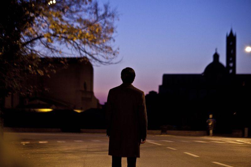 La città ideale: Luigi Lo Cascio di spalle in una scena