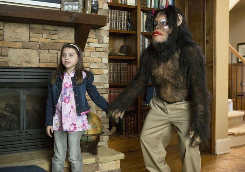 Scary Movie 5: Gracie Whitton in una scena del film con uno scimpanzè