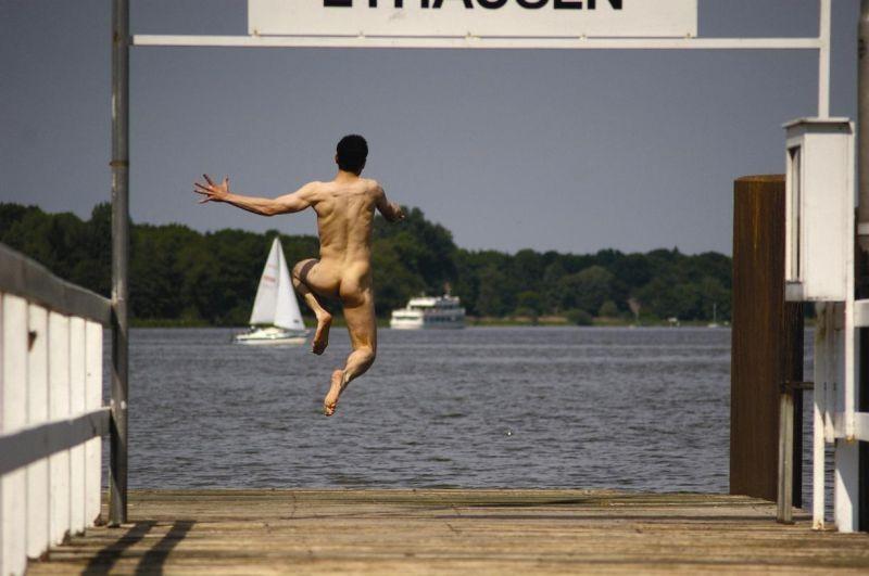 Shane Taylor si tuffa in acqua nudo in una scena del film Bomber