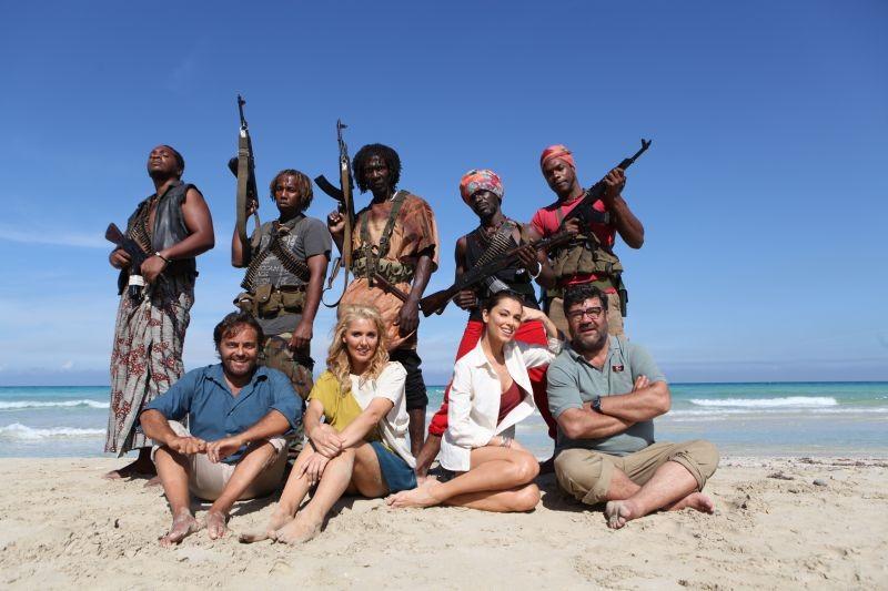 Sono un pirata, sono un signore: i protagonisti insieme ai pirati in una foto promozionale