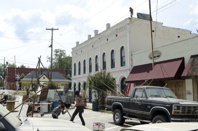The Walking Dead: Andrew Lincoln e Chandler Riggs in una tesa scena dell'episodio Ripulire