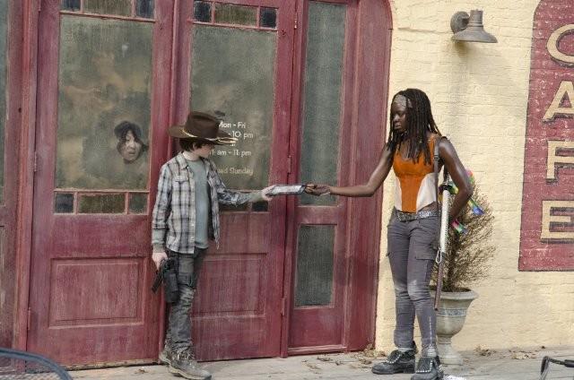 The Walking Dead: Chandler Riggs con Danai Gurira in una scena dell'episodio Ripulire