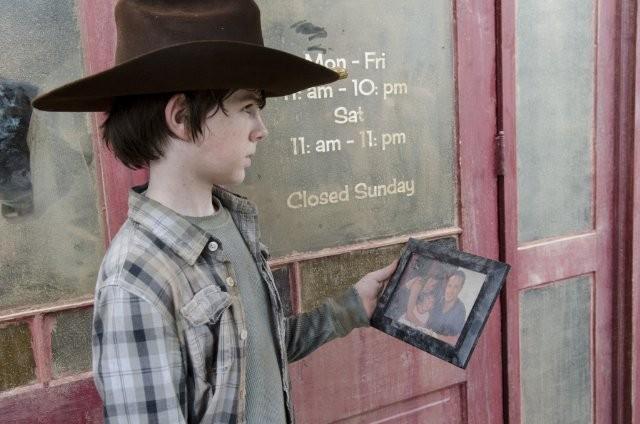 The Walking Dead: Chandler Riggs è Carl Grimes nell'episodio Ripulire