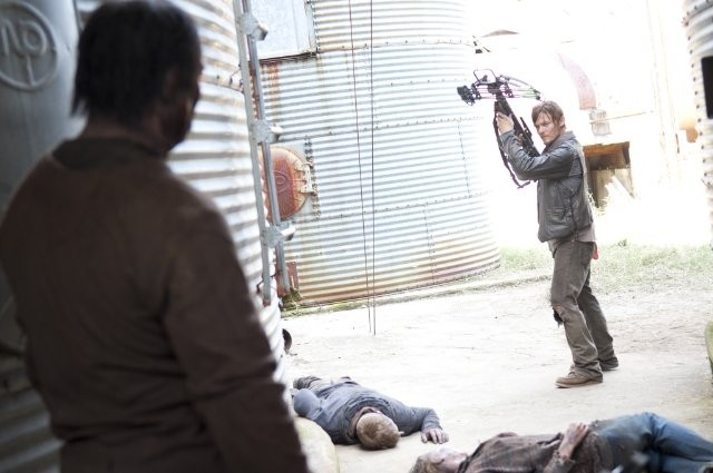 The Walking Dead: Norman Reedus tra gli Erranti in una scena dell'episodio Apri gli occhi