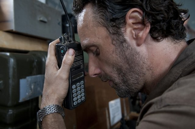 The Walking Dead: un intenso primo piano di Andrew Lincoln nell'episodio Ripulire