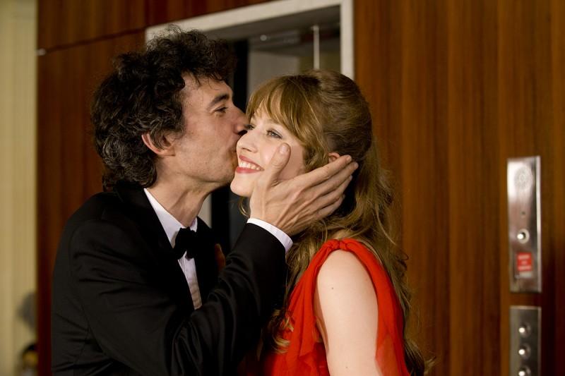 E' successo a Saint-Tropez: Lou de Laâge ed Eric Elmosnino si abbracciano affettuosamente in una scena del film