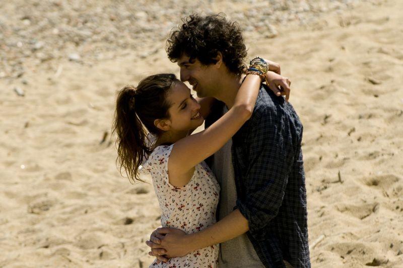 E' successo a Saint-Tropez: una tenera immagine di Max Boublib e Clara Ponsot tratta dal film