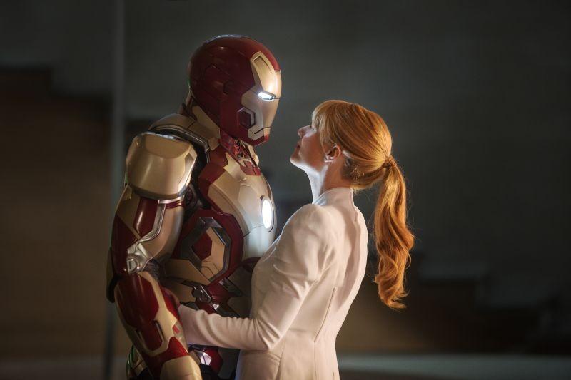Iron Man 3: Robert Downey Jr. con la sua armatura abbraccia Gwyneth Paltrow in una scena