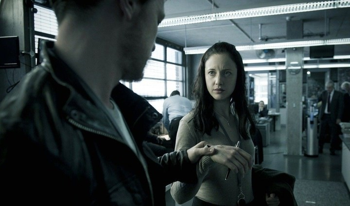 James McAvoy (di spalle) con Andrea Riseborough nel film Welcome to the Punch