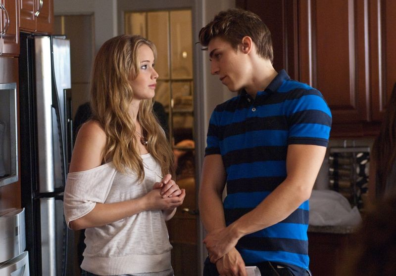 Jennifer Lawrence con Nolan Gerard Funk in una scena del thriller House at the End of the Street