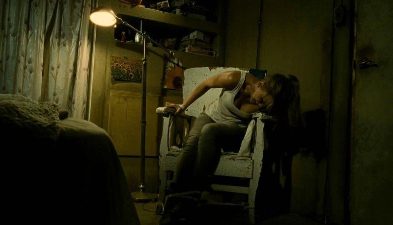 Jennifer Lawrence tenta di liberarsi in una scena di House at the End of the Street