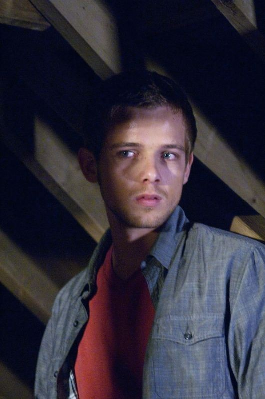 Max Thieriot in una scena del thriller House at the End of the Street