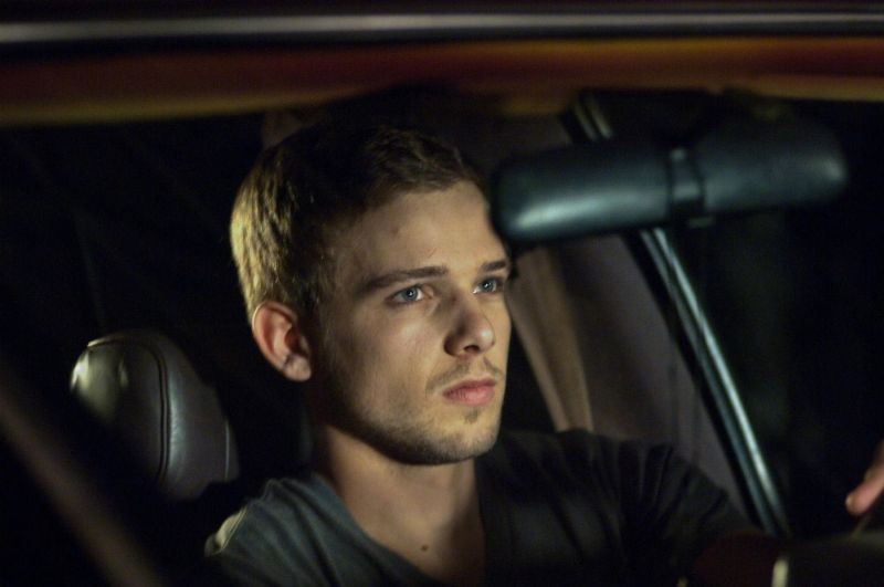 Max Thieriot nei panni di Ryan in una scena del thriller House at the End of the Street