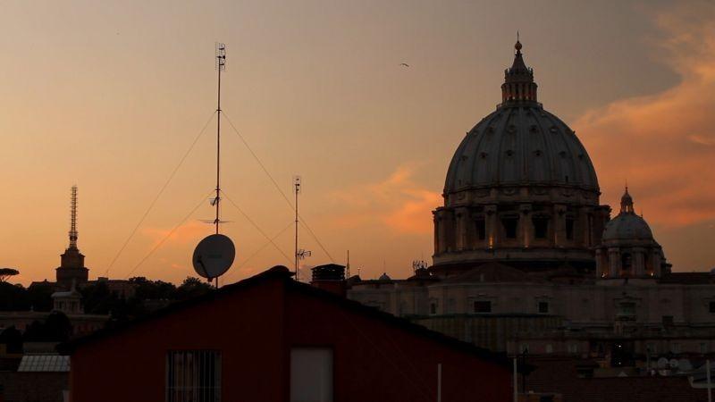 Mea maxima culpa. Silenzio nella casa di Dio: la Basilica di San Pietro di Roma in una scena