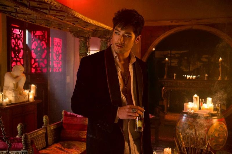 Shadowhunters - Città di ossa: Godfrey Gao nei panni di Magnus Bane in una scena