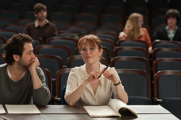 The English Teacher: Julianne Moore e Michael Angarano in una scena del film