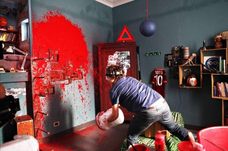 Bianca come il latte, rossa come il sangue - Filippo Scicchitano alle prese con della vernice rossa in una scena