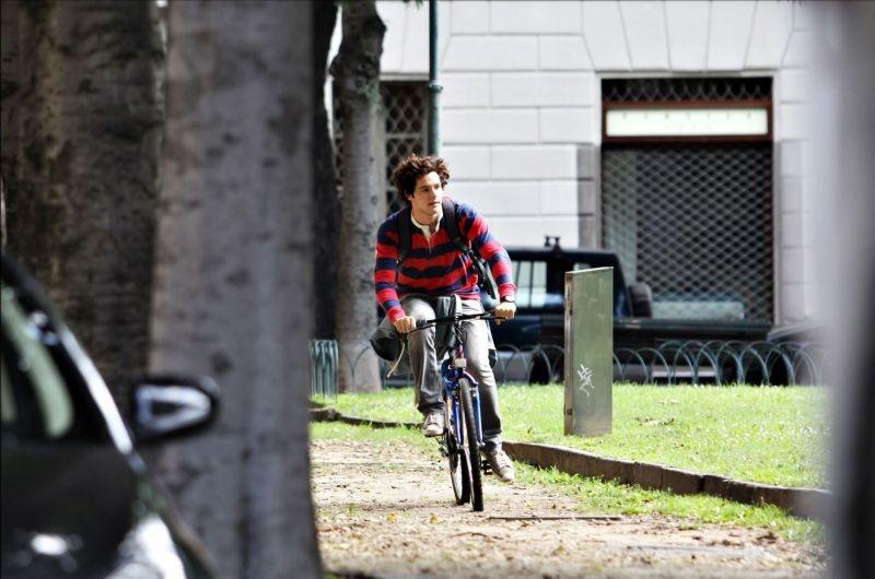 Bianca come il latte, rossa come il sangue - Filippo Scicchitano in bicicletta in una scena