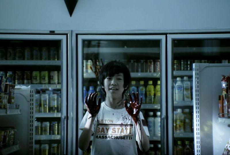 Confessions: Naoki Shimomura con le mani insanguinate in un'inquietante scena del film