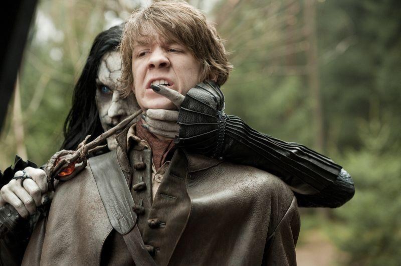Famke Janssen minaccia Thomas Mann in una scena di Hansel & Gretel - Cacciatori di streghe