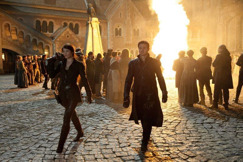Hansel & Gretel - Cacciatori di streghe: Gemma Arterton e Jeremy Renner cercano streghe da bruciare in una scena