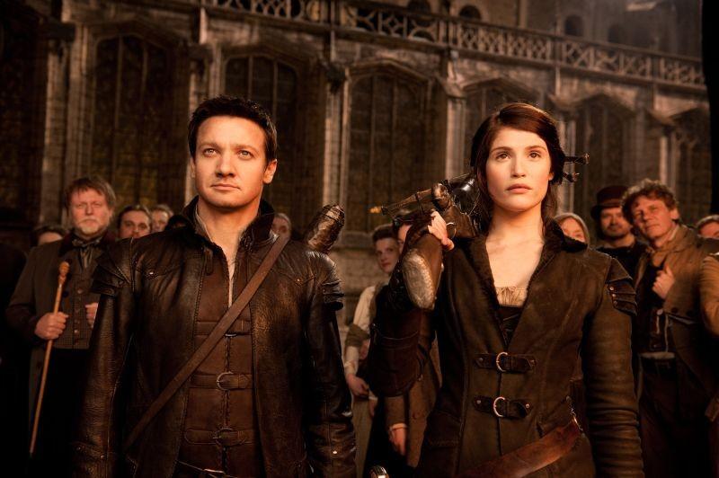 Hansel & Gretel - Cacciatori di streghe: Jeremy Renner e Gemma Arterton coppia di cacciatori in una scena del film