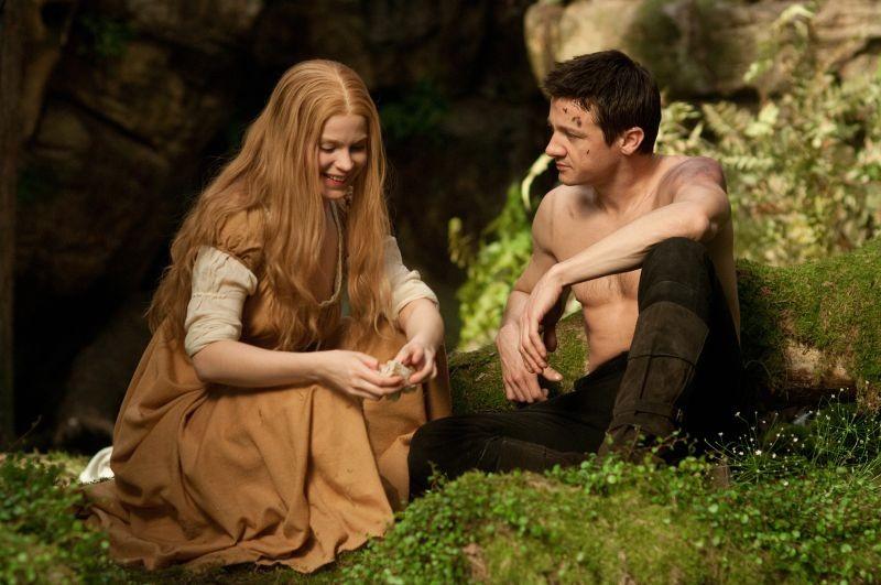 Jeremy Renner corteggia Pihla Viitala in Hansel & Gretel - Cacciatori di streghe